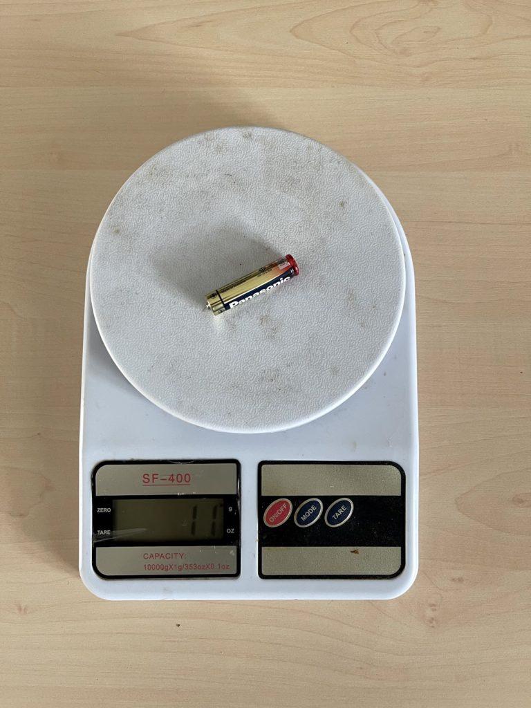 мизинчиковая батарейка на весах